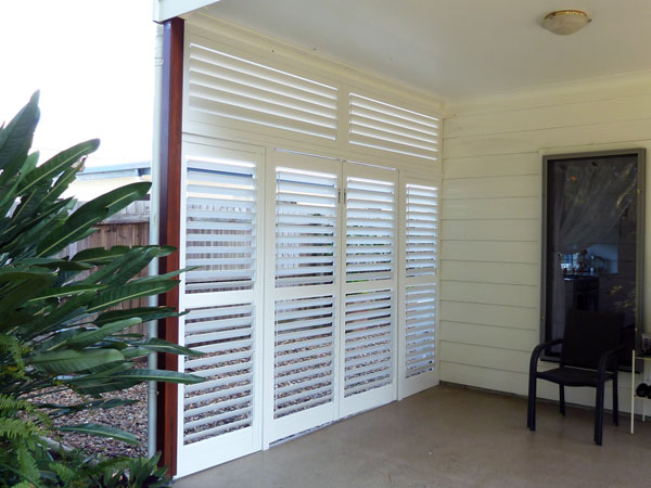 Aluminium shutter, fixed and hinged panels