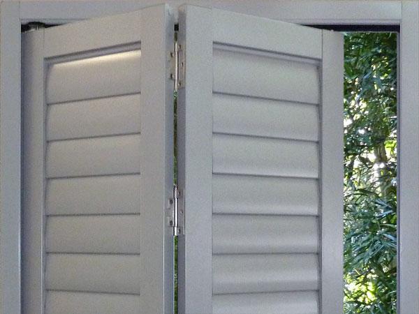 Bifold aluminium shutter
